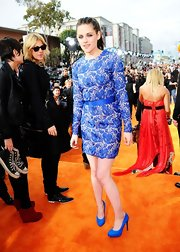 Kristen Stewart paired bright blue pumps with her vibrantly colored frock for the 2012 Kids' Choice Awards.