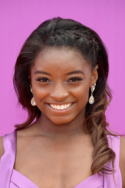Simone Biles wore her hair in spiral curls with a braided top at the 2017 Nickelodeon Kids' Choice Sports Awards.