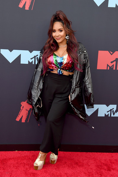 Nicole Polizzi Oversized Jacket [red carpet,carpet,clothing,flooring,fashion,hairstyle,premiere,long hair,event,model,arrivals,nicole ``snooki polizzi,mtv video music awards,newark,new jersey,prudential center]