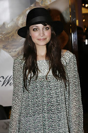 While launching her Winter Kate clothing line, Nicole Richie showed off her black dress hat and printed chiffon tunic. Leave it to Nicole to wear an unexpected accessory like this one and make it look super cute.