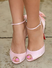 Zendaya matched her pedicure to her soft pink peep-toe pumps!