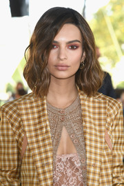 Emily Ratajkowski made her eyes pop with a heavy application of pink shadow.