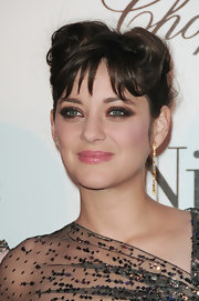 French actress Marion showed off a unique hair style at the 'Nine' movie premiere. It almost looked like she fashioned her hair into a bow. Interesting.