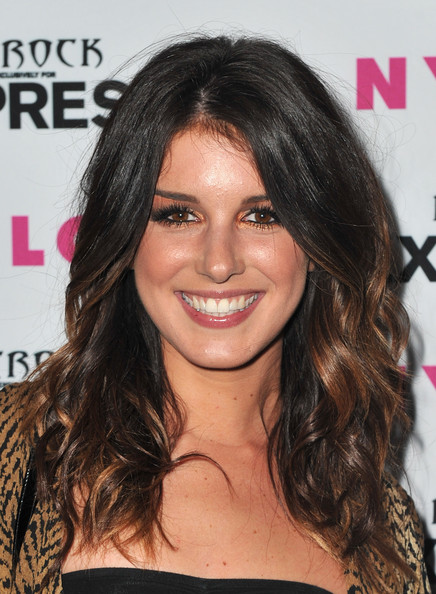 Shenae showed off her soft brown highlights while hitting the red carpet.
