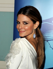 Maria Menounos complemented her ponytail with a pair of teardrop earrings for a more glamorous finish.