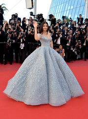 Aishwarya Rai swept into the Cannes Film Festival screening of 'Okja' wearing a stunning baby-blue Michael Cinco Couture ball gown, boasting all-over embroidery and a mega-voluminous skirt!