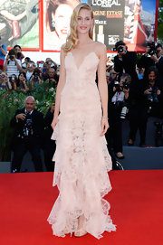 Eva had quite a romantic red carpet look with this blush pink tiered dress.