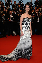 Lana Del Rey looked totally stunning in a strapless white gown that featured black lace detailing and a flowing train.