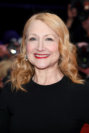 Patricia Clarkson attended the Berlinale opening ceremony wearing her hair in a side-parted curly style.
