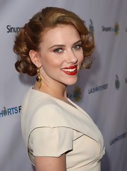 Scarlett looked like a modern day Marilyn Monroe in her pinned up ringlets. She topped off her retro look with red lipstick and dangling earrings.