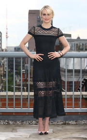 Taylor Schilling teamed her dress with very classy nude and black cap-toe pumps.