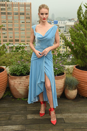 Rosie Huntington-Whiteley looked downright fab in a draped, asymmetrical blue dress by Monse at the Oscar de la Renta Spring 2019 show.