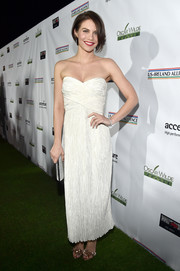 Lauren Cohan exuded classic elegance wearing this strapless white dress by Mary McFadden at the 2017 Oscar Wilde Awards.