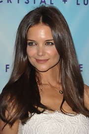 Katie Holmes parted her hair down the center which perfectly framed her face.