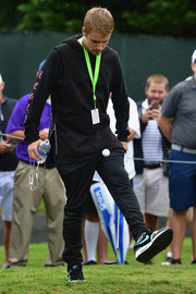 For his footwear, Justin Bieber chose a pair of black running shoes by Nike.