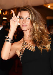 Gisele Bunchen showed off her lovely golden locks with a deep side part that let her waves just cascade down the side of her shoulder.