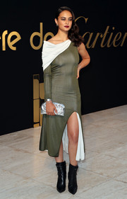 Courtney Eaton tied her look together with a textured silver clutch.