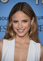 Halston Sage looked flawlessly styled with this loose center-parted 'do at the New York premiere of 'Paper Towns.'