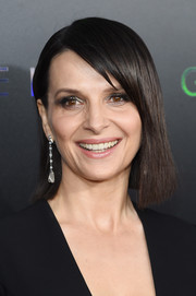 Juliette Binoche accessorized with a pair of Chopard diamond drop earrings for a more elegant finish.