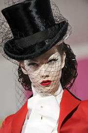 Karlie Kloss looked very theatrical with her cat eyes, pale foundation, and super red lips at the Christian Dior fashion show.