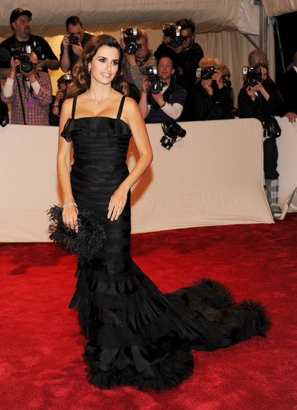 Penelope Cruz Evening Dress [alexander mcqueen: savage beauty,flooring,gown,carpet,dress,red carpet,beauty,lady,shoulder,fashion,fashion model,arrivals,penelope cruz,alexander mcqueen: savage beauty costume institute gala,metropolitan museum of art,new york city,costume institute gala]