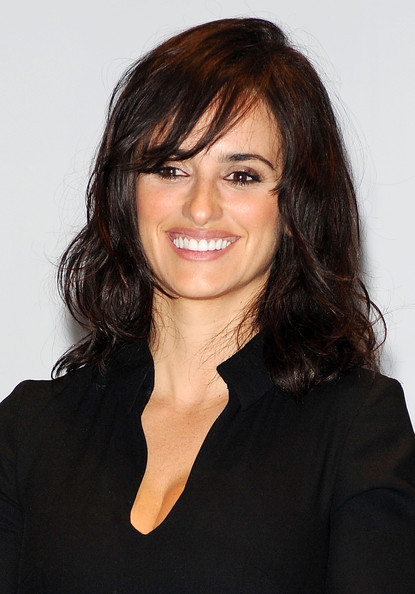 Penelope Cruz Medium Wavy Cut