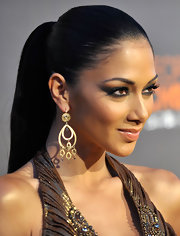 Nicole sported a sleek, straight ponytail with a bronze halter gown. The simple hairstyle highlighted her dramatic eye makeup and gave her an exotic look.