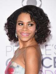 Kelly McCreary styled her hair into a curly bob for the 2016 People's Choice Awards.