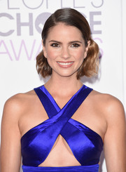 Shelley Hennig wore her hair slicked down at the top and wavy down the ends during the People's Choice Awards.