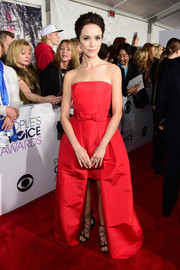 Abigail Spencer was in a princess-y mood at the People's Choice Awards, wearing this strapless red Alexia Maria gown with a bowed waistband and a high-low hem.