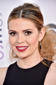 Carly Steel was rocker-glam at the People's Choice Awards wearing this fuzzy center-parted ponytail.