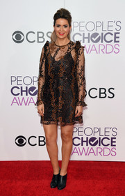Carly Steel went for a leggy look in a lace-overlay mini dress at the 2017 People's Choice Awards.