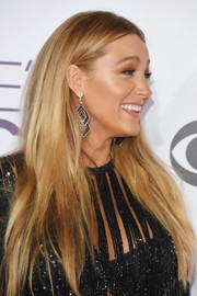 Blake Lively wore her long tresses loose in a simple straight style at the 2017 People's Choice Awards.