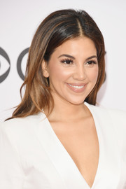 Liz Hernandez looked pretty with her loose center-parted hairstyle at the 2017 People's Choice Awards.