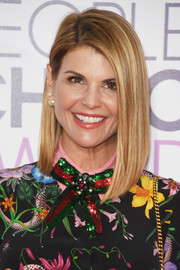 Lori Loughlin sported a sleek and chic asymmetrical cut at the 2017 People's Choice Awards.