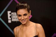 Mila Kunis pulled her hair back into a twisted bun for the 2018 People's Choice Awards.