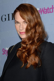 Amanda Righetti wore her sculpted curls in a lovely side-sweep when she attended the People StyleWatch Denim Awards.