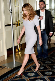 Scarlet wore a scale-embellished pair of gray gunmetal heels with the signature red soles.