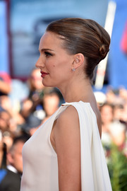 Natalie Portman attended the Venice Film Festival premiere of 'Planetarium' wearing an elegant twisted bun.
