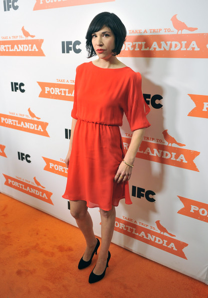 Carrie Brownstein donned a simple red silk chiffon dress for the 'Portlandia' Season 2 premiere.