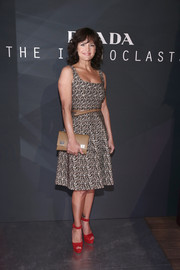 Carla Gugino finished off her look with a tan leather clutch.