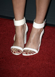 Alanna Masterson donned a pair of white sandals featuring wide ankle straps for the 'Walking Dead' season 4 premiere.