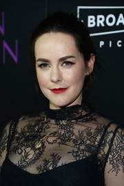 Jena Malone added some sparkle with a gold heart pendant.