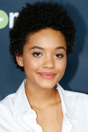 Kiersey Clemons wore her hair in tight curls at the premiere of 'Transparent' season 2.
