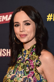 Eliza Dushku sealed off her look with a pair of gold hoops.