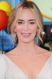 Emily Blunt amped up the glam factor with a pair of diamond chandelier earrings by Stephen Webster.