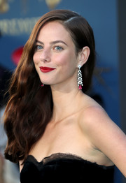 Kaya Scodelario amped up the sophistication with a pair of gemstone chandelier earrings by Cartier.