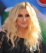 Ashlee took her hair to the max with bushy blonde waves.