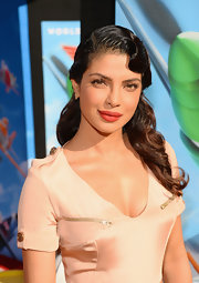Priyanka's retro waves tied her whole look together at the premiere of 'Planes.'
