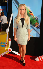 Kendra Wilkinson-Baskett opted for a gray and black color-clocked frock on the red carpet.